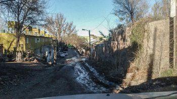 El derrame de agua afecta la calle 12 del barrio Gregorio Álvarez.