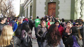ate sitio la casa de gobierno e impide la salida del gobernador omar gutierrez