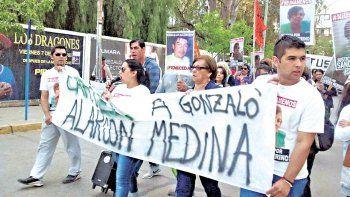 Los hijos de Sandra Merino durante una de las marchas que realizaron en Neuquén.