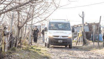 Los forenses retiran el cuerpo de la chacra de Colonia Nueva Esperanza.