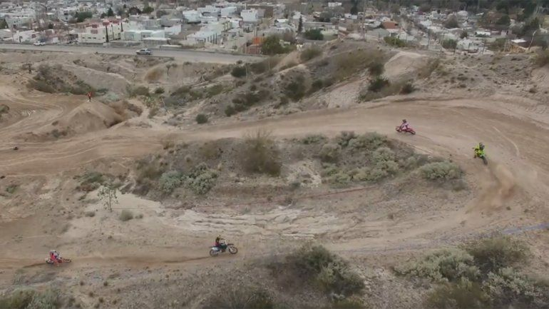 En medio del reclamo por daños ambientales, así corren las motos de enduro por las bardas