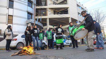 El gremio estatal realizó diferentes protestas ayer y para mañana promete endurecer las medidas de fuerza.