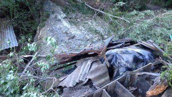 Cayó una roca gigante y de milagro no destruyó una casa