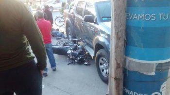 Un motociclista resultó herido tras quedar bajo una camioneta