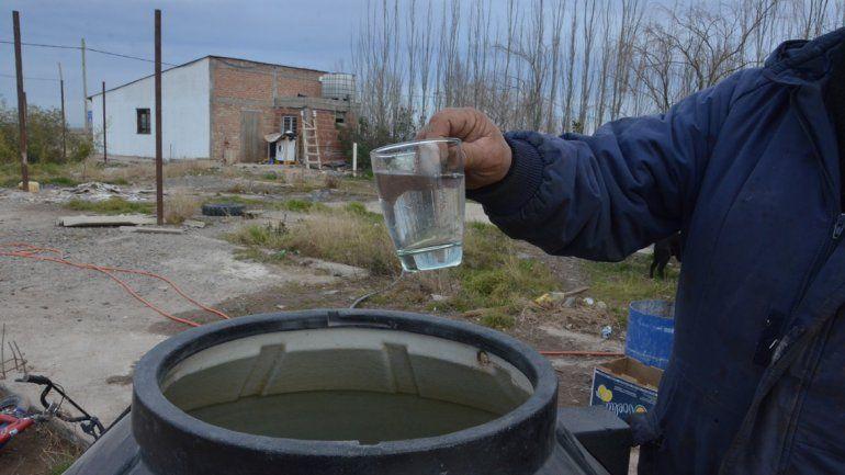 El agua que consumen en Nueva Esperanza es transportada por camiones de la municipalidad y depositada en contenedores ubicados en el barrio.
