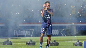 De 10. Neymar cobrará 30 millones de euros por temporada. Su padre habría embolsado 100 por la venta.
