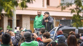 Ayer al mediodía, en plena calle, Quintriqueo encabezó la asamblea que definió la modalidad de la protesta.