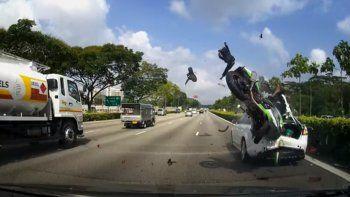 Impresionante choque entre un auto y dos motociclistas