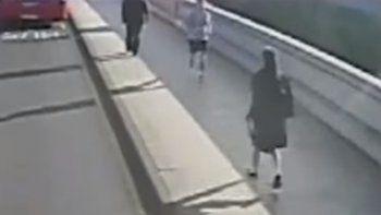 Salió a correr y empujó a una mujer contra un colectivo