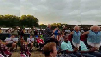 Dos abuelos la rompieron en la pista de baile de un festival