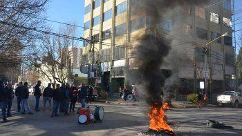 Ayer, las calles que rodean la Casa de Gobierno permanecieron cortadas con quema de neumáticos.