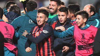El festejo de los jugadores de San Lorenzo con el arquero por la clasificación angustiosa.