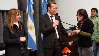 El gobernador Omar Gutiérrez entregó la ayuda económica.