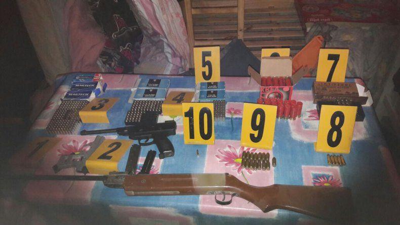 Hallan un arsenal de armas, municiones y celulares en un importante allanamiento