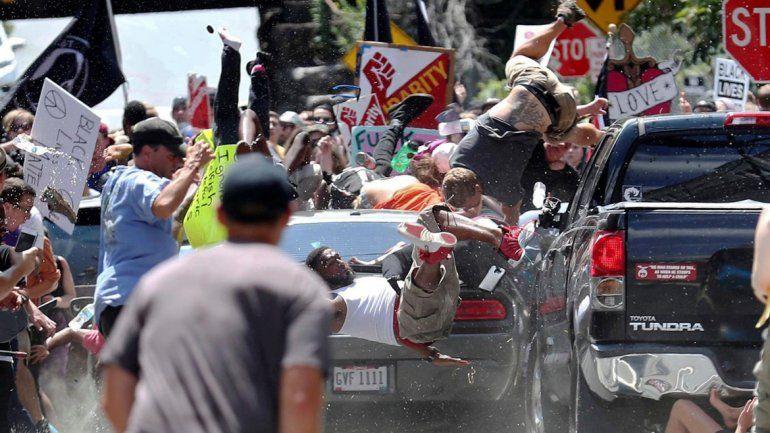 Estados Unidos: un auto embistió a manifestantes antiracistas y hay al menos un muerto
