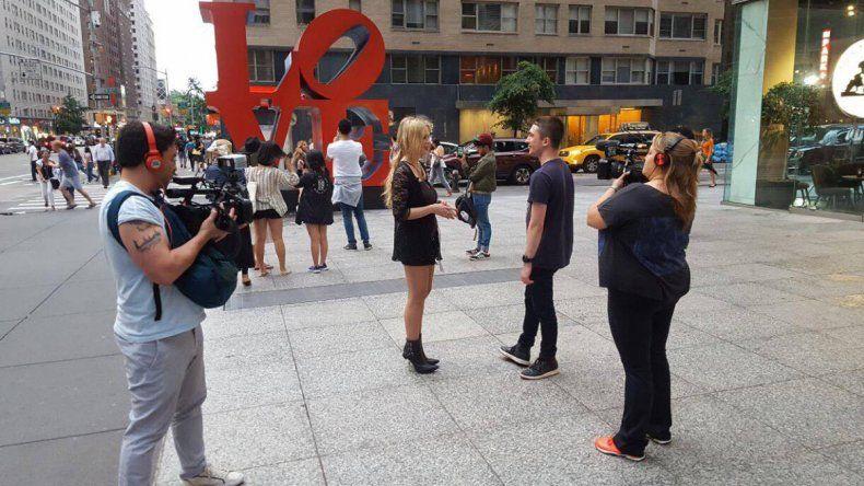 La especialista en sexualidad entrevistando a la gente en las calles de Nueva York
