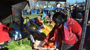 Preguntar y buscar los mejores precios sin que caiga la calidad. En la feria se vende mucho, pero la gente camina.