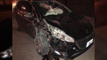 un auto quedo destrozado tras chocar a metros de la ruta 22