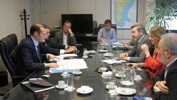 El gobernador Omar Gutiérrez con los gerentes de Camuzzi Gas del Sur, en un acto en la sede de Buenos Aires.