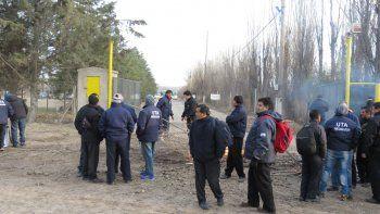 Un grupo de choferes impide la salida de los colectivos. Algunos trabajadores criticaron la medida por considerarla desmesurada.