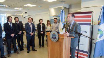 Germán Garavano (a la izquierda) escucha a Omar Gutiérrez en uno de los laboratorios judiciales de Neuquén.