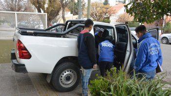 El secuestro de la camioneta y el auto de alta gama se realizó ayer. Los vehículos alquilados estaban en la cochera del edificio.