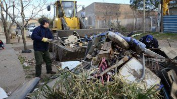 Uno de los operarios retirando escombros y ramas.