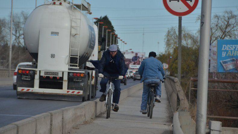 Muchos utilizan la bicicleta para trasladarse entre Neuquén y Cipolletti.