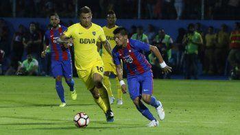 Edwin Cardona de Boca Juniors, disputa un balón con Marcos Rivero de Cerro Porteño,
