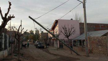 Varios postes cayeron por el viento y preocupan a los vecinos