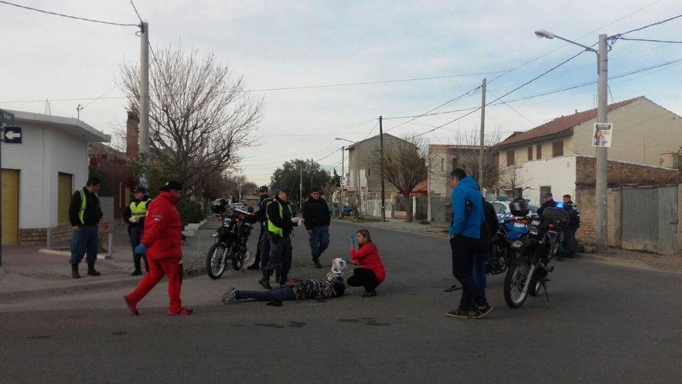 Dos ladrones que escapaban en moto se accidentaron y los atrapó la policía