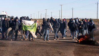 Uocra: desocupados cortan la ruta y dicen que resistirán un desalojo