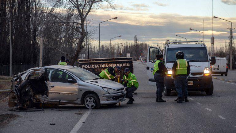El Peugeot 206 quedó totalmente destruido. De fondo