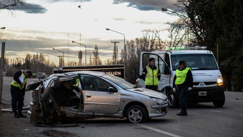 El auto impactó lateralmente contra un poste de luz que arrancó de cuajo.