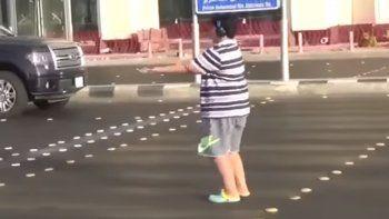 Lo detuvieron por bailar la Macarena en plena calle