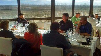 Los invitados de la gira gastronómica en la Bodega Familia Schroeder.