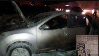 Los vehículos destruidos y el panfleto con reivindicaciones mapuches.