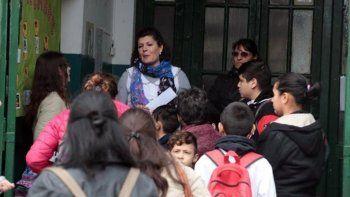 La directora de la escuela platense es una de las siete denunciantes.