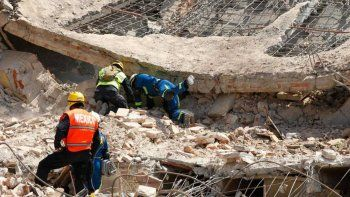 confirman que un argentino murio en el terremoto