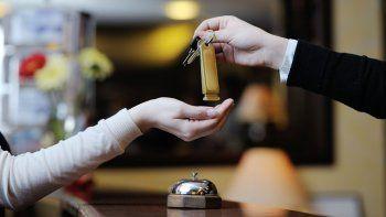 Recepcionista de un hotel estafó a cuatro clientes para darse gustitos