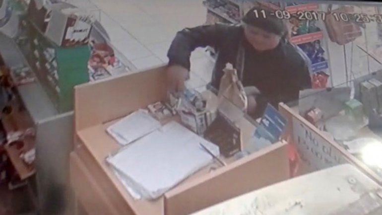La captura de la cámara de seguridad con la mechera robando.