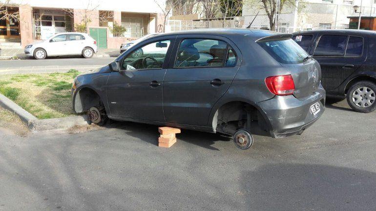 Robarruedas al acecho: esta vez no le dejaron ninguna a un auto en pleno centro