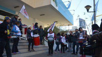Los municipales acamparon en la vereda de la Municipalidad y piden una mesa de diálogo.