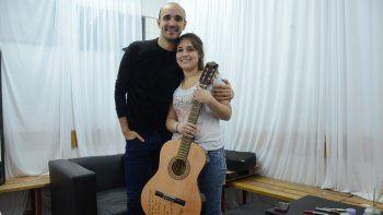 Ariana conoció a Abel Pintos y se quedó con su guitarra autografiada