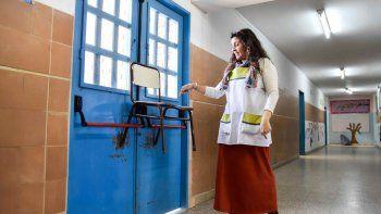 En la Escuela 140, por la falta de recursos, las puertas se traban con sillas para evitar hechos vandálicos. ¡Insólito!