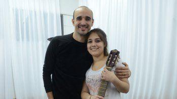 Ariana se llevó una guitarra autografiada por el cantante.