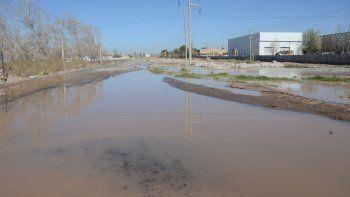 varias calles complicadas por el desborde de una laguna