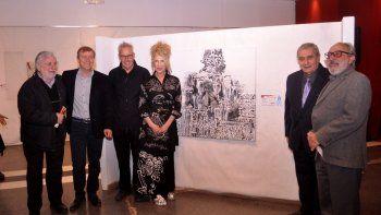 Frente a la obra premiada, Carlos Juárez; el intendente de Cipolletti, Aníbal Tortoriello; Oscar Smoljan, la artista Ana Zitti; el director de Cultura, Miguel Ángel Barcos;y Julio Ojeda.
