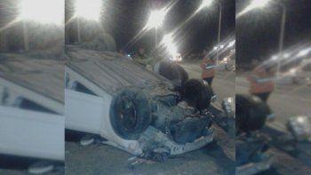 dos jovenes resultaron heridos tras volcar en una rotonda de la ruta 7