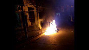 vandalos incendiaron contenedores y rompieron carteles de la ciudad